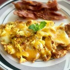 Turmeric Eggs and Cheese Easy Egg Recipes, Brunch Recipes, Breakfast Recipes, Avocado Breakfast, Breakfast Bowls, Chicken And Cheese Recipes, Turmeric Recipes, Paratha Recipes, How To Cook Eggs