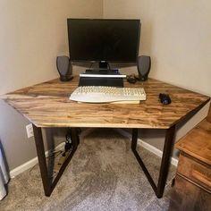 Amazing how to make small corner desk for 2019 Small Corner Desk, Desks For Small Spaces, Tiny Spaces, Diy Computer Desk, Diy Desk, Diy Standing Desk, Bookshelf Desk, Desk And Chair Set, Adjustable Height Desk