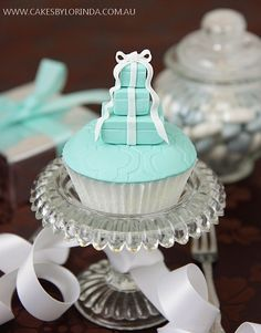 Tiffanys Boxes Cupcakes - My friend Tiffany is getting married this summer and herbridesmaids are wearing Tiffanys blue. I have got to find out where to get these cupcakes for her bachelorette party! Pretty Cupcakes, Beautiful Cupcakes, Yummy Cupcakes, Cupcake Cookies, Cupcake Art, Cupcake Toppers, Elegant Cupcakes, Cupcakes Design, Fancy Cakes