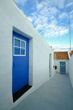 Quintal (backyard) Casa na Aldeia - Albernôa, Alentejo - Portugal. Portugal Country, Lisbon Apartment, Portuguese Tiles, Outdoor Living, Outdoor Decor, Painted Doors, Going Home, Traditional House, Windows And Doors