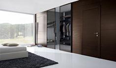 Boiserie moderna in legno per la camera da letto e porta in vetro scorrevole per cabina armadio