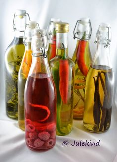 Tutorial: Infused oils and vinegar Flavored Oils, Infused Oils, Chutneys, Diy Presents, Kitchen Gifts, Food Gifts, Diy Christmas Gifts, Diy Food, Olives