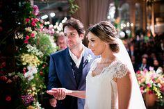 Adriana Bastos e Marcelo Zuppardo tiveram um casamento em casa com assessoria da Toda de Branco. A noiva usou vestido Trinitá e acessórios Renata Bernardo.