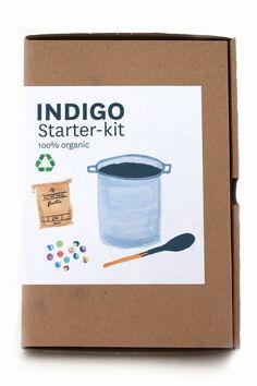 Super makkelijk DIY Indigo pakket. Duurzaam en afbreekbaar. Het pakket bevat alles wat je nodig hebt om aan de slag te gaan; indigo, vruchtensuiker, gebluste kalk en een leuk recepten boek met achtergrond informatie.