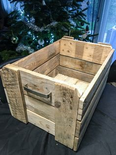 Wooden dog food storage bin in 2019 products дом Pallet Crafts, Diy Pallet Projects, Woodworking Projects, Diy Storage Boxes, Dog Food Storage, Wood Tool Box, Wood Boxes, Diy Wooden Crate, Pallet Shed