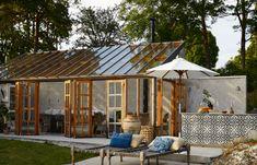 En stilren och stämningsfull samlingsplats i glas – kika in! Pergola Plans, Diy Pergola, Gazebo, Outdoor Kitchen Plans, Modern Pergola, Garden Buildings, Covered Pergola, Backyard, Patio