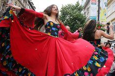 Chicas gitanas participando en un festival en Praga.