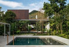 Wood and glass in the eclectic house by Gui Mattos, in Brazil