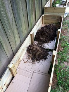 Lasagna Gardening: Layering a Raised Garden Bed By putting in various layers of things like cardboard, mulch, yard clippings, and soil, the lasagna gardening method provides weed-free garden beds. Garden Boxes, Garden Planters, Backyard Patio, Backyard Landscaping, Backyard Ideas, Privacy Fence Landscaping, Landscaping Ideas, Building Raised Garden Beds, Garden Projects