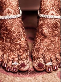 payal and toe rings and mehendi