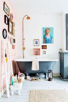 Ajoutez de l'art au mur pour une salle de bains originale  http://www.homelisty.com/idees-originales-salle-de-bains/