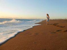 Auringon laskun aikaan tuulisella rannalla