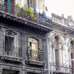 Balcones en Reina #havana #habana #habanavieja #cuba #reina #oldbuilding #balcony #streetphotography #street #total_cuba #loves_habana #loves_cuba #ig_habana #ig_cuba #ig_street #ig_streetphotography #architecture