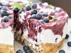 Folkens! Dette tror jeg kommer til å bli en ny stor kakefavoritt hos mange av dere! Denne blåbæriskaken med nøttebunn er bare så utrolig god! Enkel å lage er den også, og så er det veldig kjekt med ka Pudding Desserts, Dessert Recipes, Viking Food, Norwegian Food, Scandinavian Food, Snacks, Something Sweet, Yummy Cakes, No Bake Cake