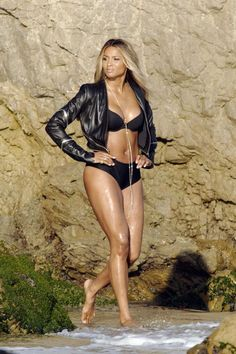 Ciara-shows-off-her-body-on-a-video-shoot