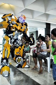 I've seen a lot of mecha costumes, but this Bumblebee cosplay is really amazing!