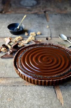 No-bake caramel walnut chocolate tart//