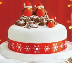 When your cake is ready for icing why not try this cute Robin version? Find out how with our masterclass christmas cake Christmas Cake Designs, Christmas Cake Decorations, Christmas Cupcakes, Holiday Cakes, Christmas Desserts, Christmas Treats, Christmas Fun, Christmas Wedding, Christmas Themed Cake