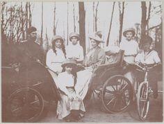 A família imperial no parque em Tsarskoe Selo, em 1910, da esquerda para a direita: Imperador Nicholas II, Grã-duquesa Marie, Grã-duquesa Anastasia (sentada abaixo), Grã-duquesa Olga, Imperatriz Alexandra, Grã-duquesa Tatiana e Czarevich Alexis em sua bicicleta.