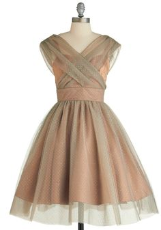 Belle in Bronze Dress This looks vintage! Vestidos Vintage Retro, Retro Vintage Dresses, Vintage Mode, Retro Dress, Pretty Outfits, Pretty Dresses, Beautiful Dresses, Dresses For Work, Gorgeous Dress