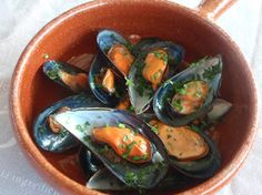 Mejillones a la marinera Colombian Food, International Recipes, Eggplant, Zucchini, Seafood, Stuffed Peppers, Vegetables, Eat, Carrot Slaw