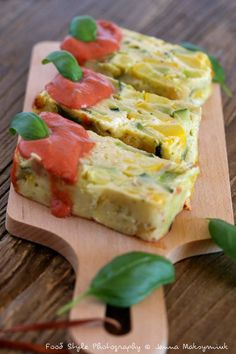 Zucchini flan with feta cheese and basil tomato sauce Vegetarian Recipes, Cooking Recipes, Healthy Recipes, Good Food, Yummy Food, Grilling Gifts, Warm Food, Savoury Cake, Sauce Tomate