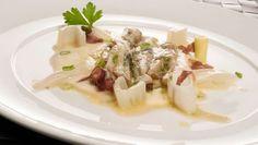 Bruno Oteiza nos sorprende con una receta de navajas, pencas de acelga, puerro y puré de nabo y patata decorado con cecina y cebolleta. Un plato para servir como entrante.