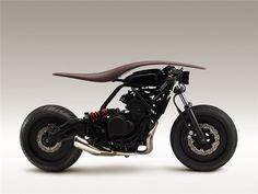 """Os departamentos de designers de instrumentos musicais e de motociclismo da japonesa Yamaha criaram, em conjunto, quatro produtos que serão apresentados na 9ª Bienal Internacional de Design de Saint-Etienne 2015. Uma das criações do projeto """"AH A MAY"""" (YAMAHA escrita ao contrário) é a moto Root."""