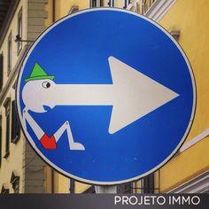 PLACAS URBANAS   O artista de rua Clet Abraham transforma, com a ajuda de fitas adesivas, placas de sinais de trânsito em cenas divertidas em várias cidades do norte da Itália. A mania pegou, e agora não se vê mais só obras do artista francês, mas também de outros adeptos deste tipo de arte de rua.  www.projetoimmo.com.br
