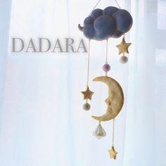 優しく微笑む三日月と星の立体モビールです。雲は片面ずつ色が違います。(ブルーとラベンダー)【サイズ】全長:39cm横(最長):11cm【重さ】49g【素材】樹...|ハンドメイド、手作り、手仕事品の通販・販売・購入ならCreema。