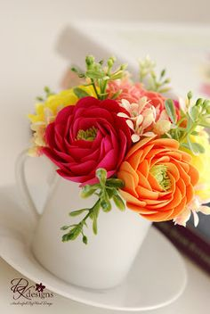 Now that I'm done with my critical wedding orders, I've been busy trying to make flower arrangements for the 5 th Garden Art Party with zen. Clay Flowers, Sugar Flowers, Paper Flowers, Good Morning Images Flowers, Beautiful Rose Flowers, Wedding Order, Arte Floral, Art Party, Ranunculus