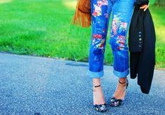 mode femme tendance - une paire de jeans patchwork à motifs floraux