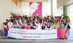 Học bổng thường niên trường đại học quốc gia Chonbuk Hàn Quốc Đại học Quốc gia Chonbuk được thành lập vào năm 1947,  hoạt động dưới hệ thống đại học Quốc gia của Hàn Quốc. Sứ mệnh của trường là theo đuổi phương pháp giảng dạy và nghiên cứu để đào tạo ra những con người có ích cho đất nước và thế giới.