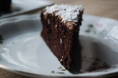 Fasolowe ciasto czekoladowe /tortownica o średnicy 20-22 cm/: - 240 g odsączonej czerwonej fasoli z puszki - 4 jajka - 30 ml oliwy z oliwek - 30 g gorzkiego kakao - 25 g dobrego słodzika / 50 g cukru lub miodu* - 30 g bardzo gorzkiej czekolady (użyłam 90%) - aromat waniliowy lub migdałowy (wg uznania) - łyżeczka sody oczyszczonej - szczypta soli