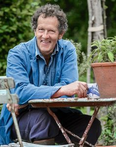Monty Don shared his advice on balancing colours in gardens throughout the year Cottage Garden Design, Cottage Garden Plants, Cottage Gardens, Monty Don Longmeadow, Longmeadow Garden, Fire Pit Area, Backyard Lighting, Garden Pictures, Enjoy Summer