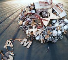 S+hvězdou+a+nápisem+Věneček+s+dřevěnou+hvězdou+a+vánočním+nápisem,+průměr+29+cm. Gift Wrapping, Wreaths, Gifts, Gift Wrapping Paper, Presents, Wrapping Gifts, Gift Packaging, Gifs, Bouquet