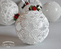 Plastic balls decorated with lace and a small red rose Painted Christmas Ornaments, Noel Christmas, Victorian Christmas, Diy Christmas Ornaments, Homemade Christmas, Christmas Projects, Christmas Tree Decorations, Theme Noel, Ornament Crafts