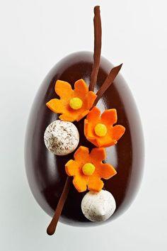 Oeuf fleurs - Thierry Mulhaupt : Trois versions : deux en chocolat de couverture Extra Amère 61%, et un en chocolat au lait 38%. Garnis d'un assortiment de bonbons chocolats, oeufs et fritures. 33 euros (210g)