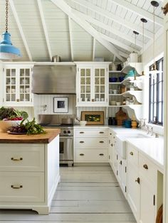 English Cottage Meets California Cool in a Mill Valley Home — THE NORDROOM A family home in Mill Valley has been redesigned by Gil Shafer Architects & Rita Konig to bring some English cottage charm to California. Wood Plank Ceiling, Wood Ceilings, Open Ceiling, Countertop Options, Countertops, Vintage Modern, Vintage Ideas, Layout Design, Design Ideas