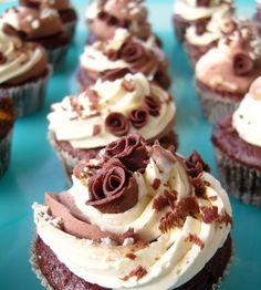 Für die Schokoladen-Cupcakes 275 g Mehl, 2 TL Backpulver, 1 TL Natron und 3 1/2 EL Kakaopulver in einer Schüssel gut vermischen. In e...