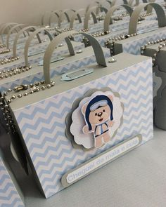 Lembrancinha de maternidade: como fazer e 80 ideias criativas (FOTOS) Paper Box Template, Baby Shawer, Gift Hampers, Kids Boxing, Flower Wallpaper, Baby Boy Shower, Baby Gifts, Kids Fashion, Birthday