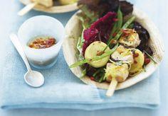 Knackiger Sommersalat mit Lachs-Spiessen