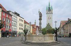 Straubing - Theresienplatz mit Barockbrunnen und Stadtturm - dahoam is dahoam!