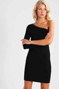 Vestido corto negro: una apuesta segura para la noche de Fin de Año