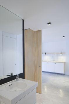 Reforma de un departamento en Tenerife / Julieta Esteban Rosell | Plataforma Arquitectura. Concrete floors and light wood.