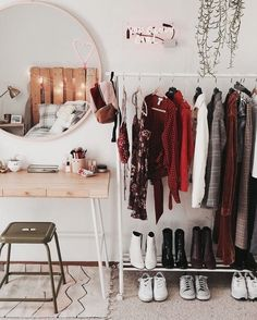 Closet Simples - Estilo Próprio by Sir Deco Studio, Uni Room, Dorm Room Closet, Closet Space, Room Goals, Aesthetic Rooms, Dream Rooms, House Rooms, Bedroom Decor
