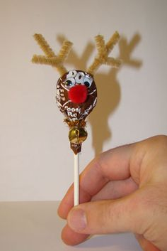 Easy to make Tootsie Pop Reindeer. My Tootsie Pop Snowman and Santa would not be complete without this cute Tootsie Pop Reindeer! This little guy would be adorable slipped under the ribbon on a gift for someone special or handed out at a Christmas Party!