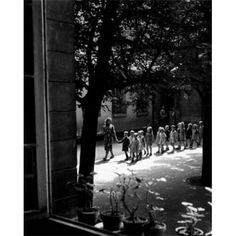 ( Kindergarten , by Willy Ronis, French photographer) One of the many sweet melodies of spring is the sound of young chi. Willy Ronis, Robert Doisneau Photos, White Photography, Street Photography, Old Photos, Vintage Photos, Grand Prix, Black White Photos, Black And White