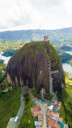 The towering Penol Rock in Guatape, Colombia Der sehr hohe Penol Felsen in Guatape, Kolumbien Beautiful Places To Travel, Wonderful Places, Cool Places To Visit, Trip To Colombia, Colombia Travel, Les Continents, Amazing Nature, Vacation Trips, Travel Inspiration