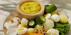 AIOLI TRADITIONNEL (Pour 4 P : 4 pavés de cabillaud • 4 petites pommes de terre à vapeur • 1 jeune courgette • 1 chou-fleur • 1 branche de céléri • 200 g de haricots verts frais • 2 carottes • 1 oignon • 8 gousses d'ail • 4 oeufs + 1 jaune d'oeuf • huile d'olive • 1 tranche de pain rassis bien dure • sel, poivre)
